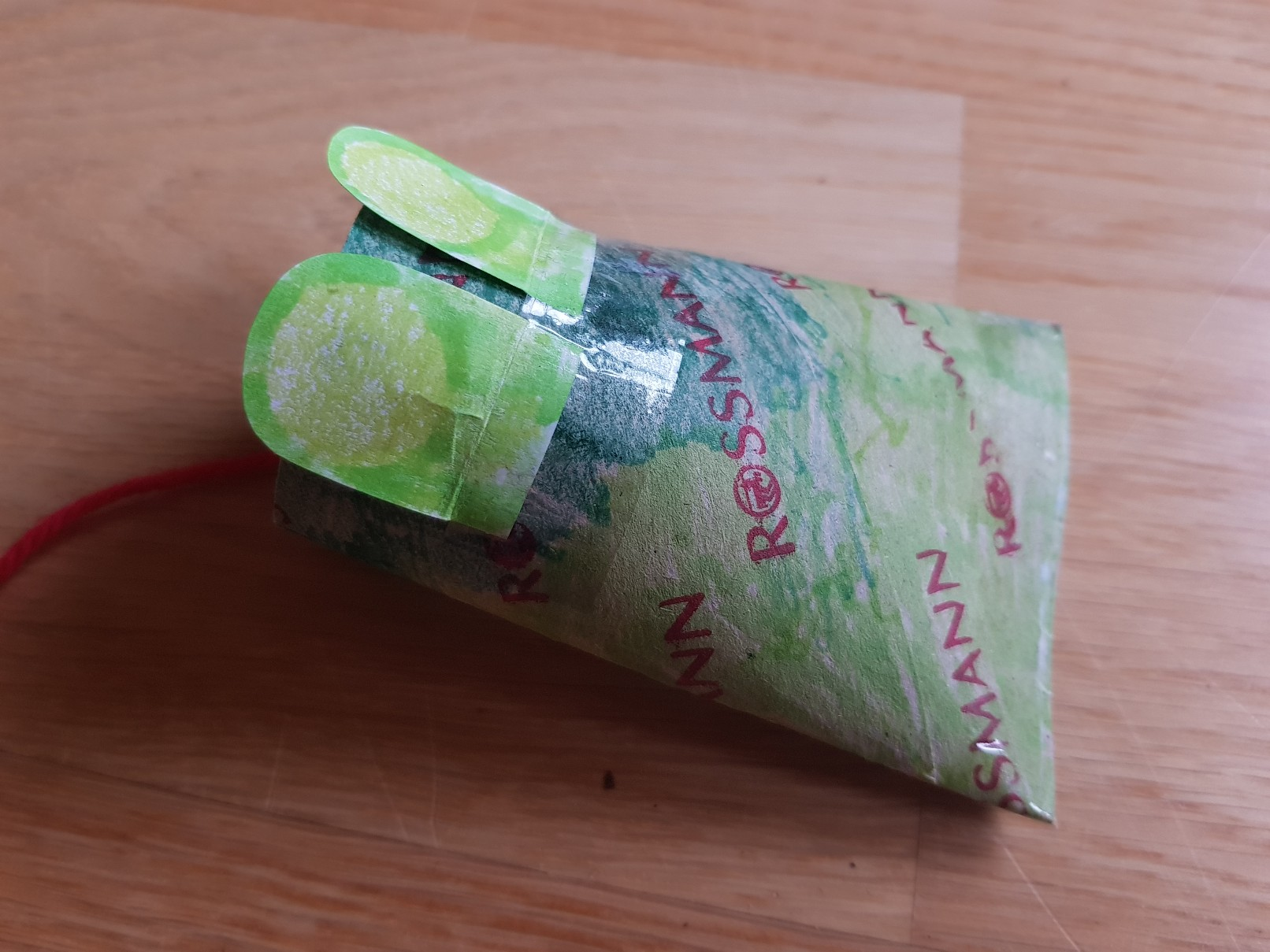 paper roll frog catching fly eyes