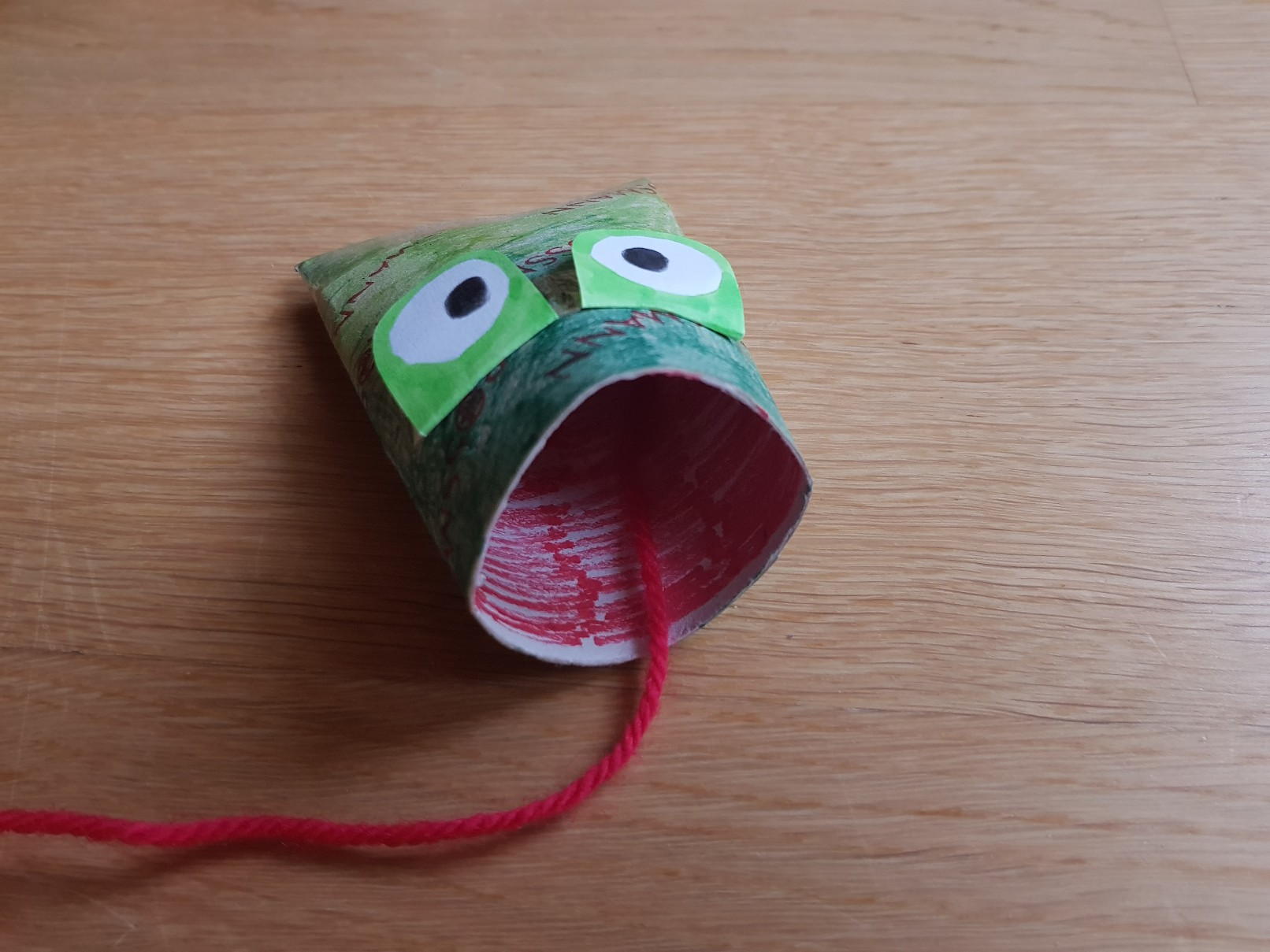 paper roll frog catching fly mouth